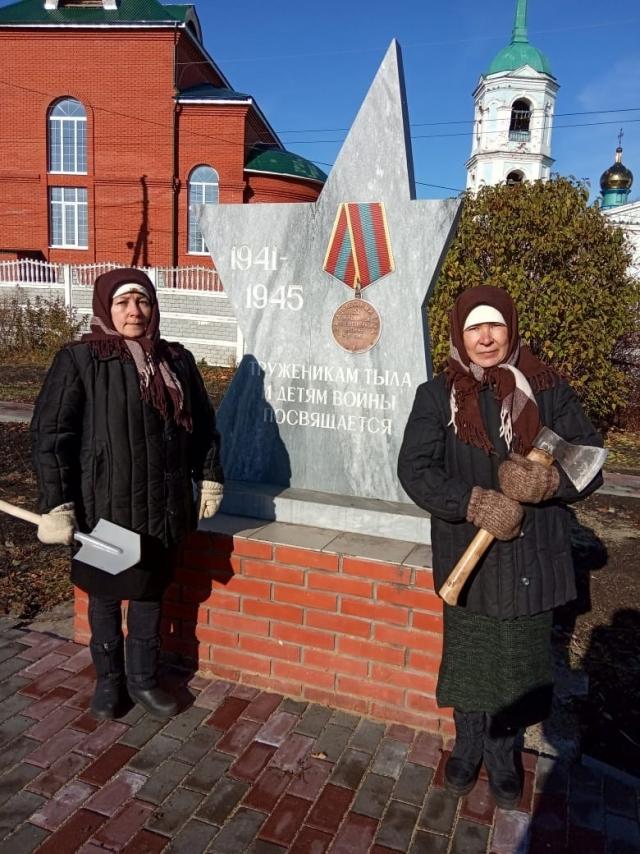 У памятника труженикам тыла в Алатырском районе