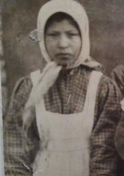 бабушка-Ксения-на-ярмарке-1937гдержит-на-руках-дядю-Мишумама-в-7-кл-рядом-родственницаАкулина-сдочерью-Клавдией-—-копия